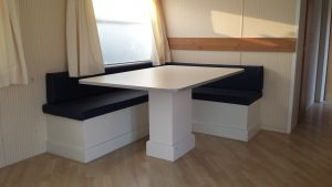 Tafel en bank in caravan